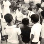 Edmond Kaiser surrounded by Indian children. Photo of 1982.